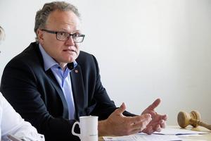 Regionrådet Glenn Nordlund (S) har bjudit in alla partier för att få bukt med det svarta hålet i ekonomin.