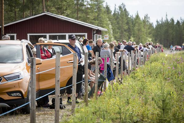 Ungefär 450-500 personer hade letat sig till Björnvalla i Vemdalen när det var Bygdetrav i lördags.
