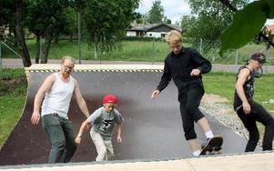 Per Hermansson, Adam Lundkvist, Emil Nyberg och Christfer Rud testar den nya skateboardrampen. FOTO:LEIF OLSSON