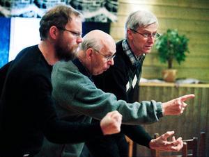 Känslor och dådkraft, vikingatida jämtska och uttrycksfulla runsnidare, Anders Hamrén, Lars Wikegård och Alf Lööv ingår i manskören i Barkes pjäs