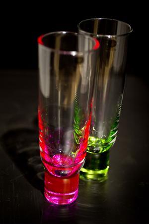 Club är moderna och stilrena glas designade av Matz Borgström som även drivit dansklubbar. Har en skön tyngd med sex olika färger i foten som sprider sig i hela glaset i viss belysning. Välj mellan blå och gul, rosa och grön eller orange och turkos, eller blanda alla. Finns på Designforum, från Sagaform och kostar 199 för två.