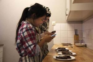 Shee Mabee och Zahraa Zahed, lag 2, dokumenterar sitt tävlingsbidrag innan det serveras till juryn.