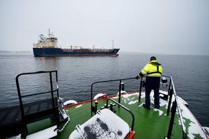 Bengt Öhgren står beredd ute på däck medan Kent Bouvin styr tjänstebåt 215 mot tankfartyget M/T Nordic Nora. Lotsens uppdrag är klart på fartyget och ska nu hämtas hem.
