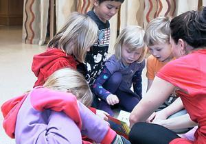 Flera gånger under framträdandet samlas barnen och  Sophia Färlin Månsson runt boken Knacka på innan det är dags för nya danser och rörelser.
