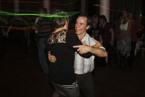 Att gå ut och dansa är motion och mys i ett. Det verkar de flesta vara överens om.