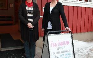 Anna-Lena Nihlman och Susanne Håkansson säger välkommen till café med Fair trade-märkta drycker och kakor.