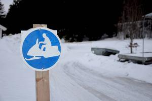 Skylten betyder att du inte får köra utanför leden enligt lagen, det kan ge böter på 2000 kronor, berättar Magnus.