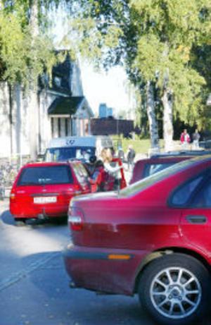 Elevernas föräldrar och skolans personal är oroliga att det ska hända en olycka när skolskjutsar, bilar och barn trängs vid parkeringen intill Ramans torg varje morgon.