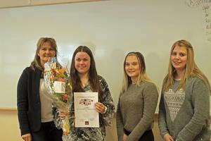 Maggie Grundén höll i prisutdelningen när de tre unga företagarna Louise Halvarsson (segrare), Anna-Klara Karlsson och Josefin Eriksson fick klart godkänt för sina prestationer som egna företagare. .