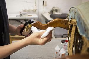 Polermedlet får benen på den hundra år gamla Emma-fåtöljen att glänsa igen. Besvärliga fläckar kan man också försiktigt gnugga med stålull.