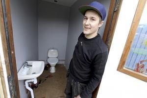 Fixade toan. Sebastian Flink har tillsammans med rörmokaren Morgan Pettersson varit den som jobbat med klubbens nya toaletter.