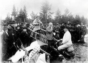 Bilden är tagen på den första spelmansstämman i Gesunda 1906. Det är Ljuder Anders Erssons tur att stämma upp. Anders Zorn sitter på en
