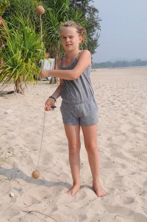 Liv har tränat upp sig när det gäller att jonglera med poijer, bollarna har nu bytts ut mot eldklot. Så hon kommer att bjuda på eld show under mörka höstkvällar hemma i Hudiksvall.