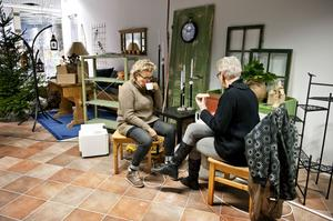 Britt-Marie Höglund och Gunilla Sellin hinner med en snabb kopp kaffe under förberedelserna på Idérummet.