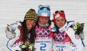 Det var både glädje och sorg på prispallen efter damernas skiathlon. Segrande Marit Björgen och Heidi Weng, utrustade med sorgband på tävlingsdräkterna, var mest ledsna. Anledningen till hela sorgen var att lagkamraten Astrid Jacobsens bror hastigt avlidit dagarna före tävlingen. Brodern var under en period också Terese Johaugs käreste, vilket säkert påverkade henne mest av alla. Foto: Thord Erik Nilsson