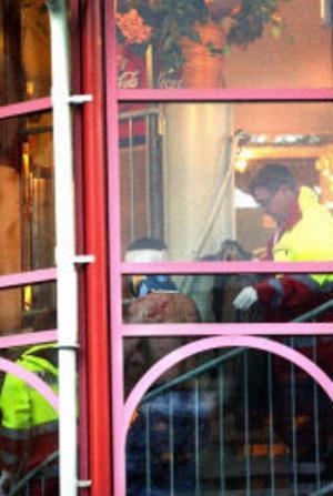 Ägaren till Restaurang Sky Park slogs blodig med en hammare vid lunchtid i går. Enligt de första uppgifterna ska det ha rört sig om en pengauppgörelse. Hammaren har tagits i beslag.