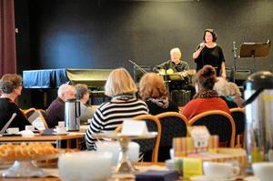 Allsång. Publiken fick sånghäften och välkomnades att sjunga med Marketta Franssila och Björn Heden.