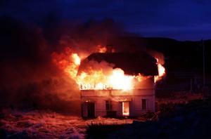Sekelskiftsvillan i Torpshammar offrades för att rädda Vikbron. Dan Lindebergs hem eldades upp.
