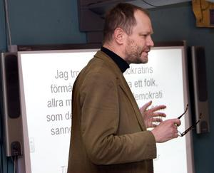 I det postauktoritära samhälle vi lever i är integritet och frihet för många lika viktigt som bostäder och jobb, sade Lars Ilshammar.