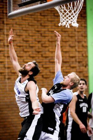 Andreas Karlsson följer med bra i OS-grenarna. Men här är det ingen ny variant av rytmisk gymnastik han och Mikael Jönsson försöker uppfinna – det handlar bara om helt vanlig returtagning på träningen inför matchen mot Uppsala.