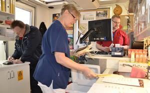 Lite administrativa uppgifter följer blodgivningen. Undersköterska Eva Andersson och sjuksköterskan Ove Gefvert ser till att alla uppgifter följer med blodet. Allan Myrtenkvist  t v fyller i en hälsodeklaration innan han blir tappad.
