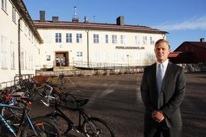 Perslundaskolans rektor, Marko Friman, vill ha strängare regler för att uppnå en trivsam skola där alla elever når målen.