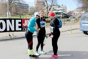 Ulrika Ekengren Allen, Viveka Lundström och Marie Eliasson pustar ut vid målet efter halva sträckan. Men Marie skulle köra ett varv till för att göra ett maraton.