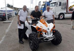 De 131 utställarna är på plats. Anders Rasmusson från KP skyltfabrik har bland annat en fyrhjuling med sig, konstaterar Per-Arne Weglin och Milton Spring från mässledningen.