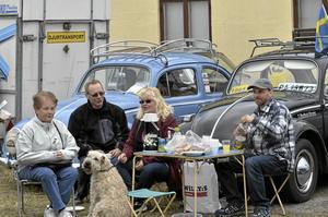Picknick. Fikastund med Gertrud Håkansson, Krister Karlqvist, Liselotte Tiderman, Thomas Karlkvist, hunden Tilda och deras två VW, 1959 och 1965.