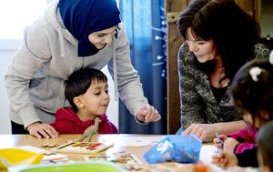 Alaa Toma ritar figurer med mamma Rahaf Al Saharwi och Maria Sorsa. Maria talar om vad det heter på svenska.
