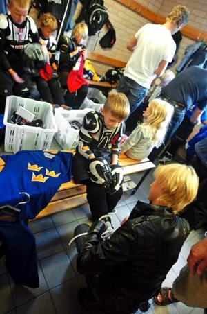 Första gången. Sexåriga Anders Bouck får hjälp av mamma Åsa att snöra på sig skridskorna inför det första träningspasset på sommarhockeyskolan.