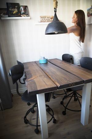 Vad gör man om man inte hittar möbler man gillar? Jo man bygger ett själv. Det här matbordet har Annicka Olsson gjort i sin pappas snickeri i Hallen. Nu har hon fått flera beställningar på liknande bord till vänner och bekanta.