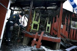 Polisens tekniker genomsökte på fredagen brandresterna vid Lövstaskolan.