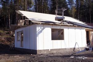 I Kaven utanför Ljusdal byggs just nu ett hus i frigolit. Det är ett snabbt och energisnålt sätt att bygga.