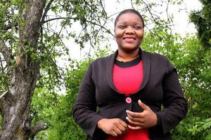 Edinah Masanga bor i Söderhamn men hennes tre barn är kvar i Zimbabwe. Hon har skrivit en bok som hon inte vågar ge ut innan barnen är säkra med henne.