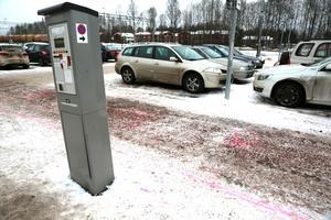 Parkeringen vid resecentrum är en av de där bilister nu kan betala parkeringen via sms. Arkivbild.