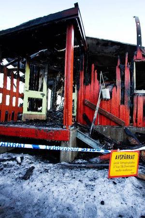 Ett utbränt träskelett är allt som är kvar. Dagen efter är det svårt att se att det stått en gymnastiksal här. Foto: Ulrika Andersson