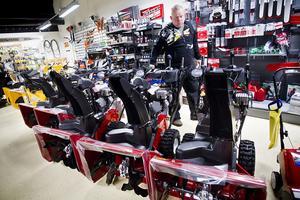– Den här försäljningen har vi aldrig varit i närheten av, säger John Halvarsson på Ljusdals Motor om den stora efterfrågan på snöslungor.