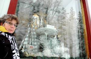 Anita Åslund har julen till ära smyckat den gamla affärens skyltfönster.