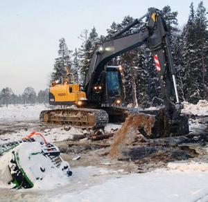 Ur det här hålet östes vatten med grävskopa för att sänka vattennivån kring maskinen så att man lättare skulle fästa linor och såga bort hindrande is.