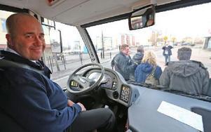Chauffören Ronny Andersson kör premiärturen med handelsbussen. Foto: Johnny Fredborg