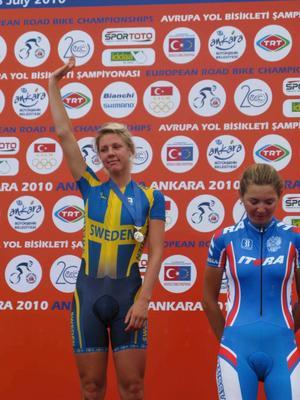 Emilia Fahlin på prispallen efter dagens tävling.