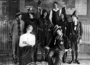 Ett teatersällskap vilket uppträdde vid Möllers salong under 1900-talets första år. De fick vara beredda att publiken satt med huvudbonaderna på. Ett okynne det med tiden blev ändring på.