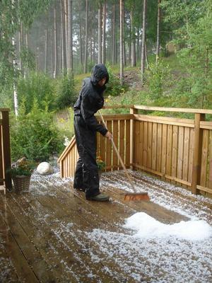 Det haglade i Valbo i dag. På bild Marcus Efverström.