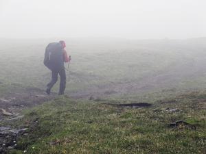 Välpackad. Mellan 20 och 25 kilo bar Pia på ryggen när väskan var som tyngst. Här är hon på väg till kalvmärkningen i Övre Ältsvattnet. Foto: Hans Johansson