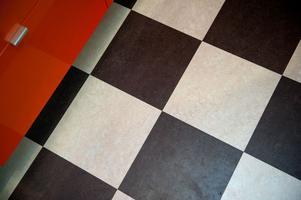 Paret ville ha ett mjukt och inte för kallt golv och valde laminatplattor. Plattorna läggs som ett klickgolv.