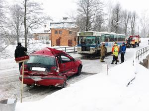 En man avled när en buss och en personbil frontalkrockade i Gisslarbo på tisdagsförmiddagen.