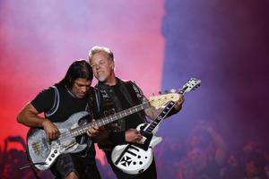 Metallicas Robert Trujillo och James Hetfield spelar med symfoniorkester. Fotograf: Felipe Dana