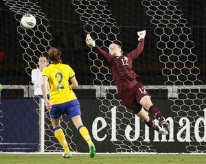 Kristin Hammarström har precis räddat ett skott i matchen mot USA.