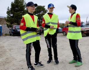 Alx Ljungberg, Markus Svensson och Linus Nordlund guidade bilar så att parkeringsplatserna skulle räcka till när 200 besökare kom till Svegsdammen i söndags.